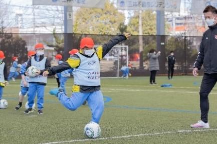 サッカー教室の様子 (協力 株式会社MIFA)