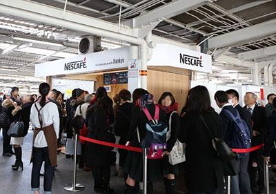 学生の方など多くのお客様にご利用いただいている「ネスカフェ スタンド 阪急塚口店」の様子