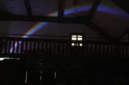 コンサート展示室にかかる虹の様子