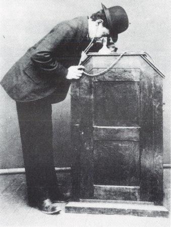 キネトスコープを鑑賞する人 写真:The Edison cylinder phonographs 1877-1929, George L. Frow and Albert F. Sefl, 1978, Kent, Great Britain.