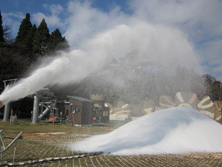メインゲレンデ造雪作業の様子