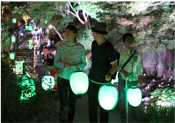 高橋匡太「Glow with City Project in Kamakura 長谷の灯かり」2015年 撮影村上美都