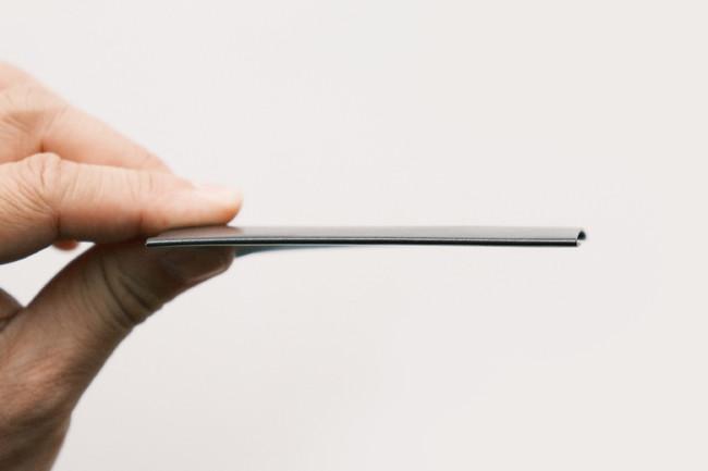 紙のような薄さの本革。わずか0.5mm