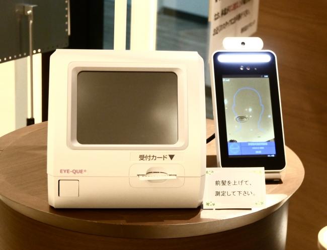 入口の受付発券機に併設される体温検知機