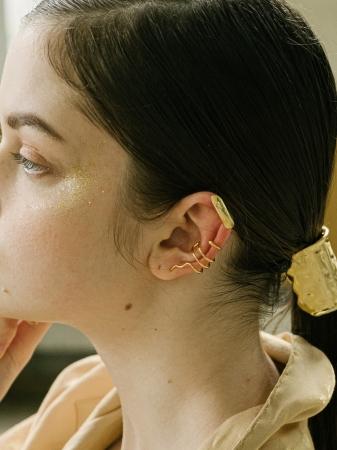 上「A Petal Earcuff 6,300円(税別)」、下「Sinuous Wire Earcuff 7,800円(税別)、「Unevennes Hair Pierce (M) 9,400円(税別)」