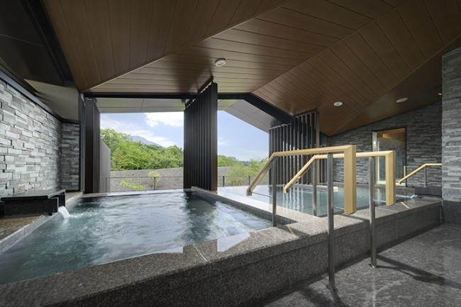 ▲大浴場の露天風呂にはゆっくり疲れを癒やせる炭酸泉も