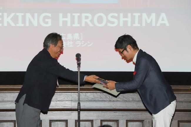 古川代表理事から大賞の楯を授与