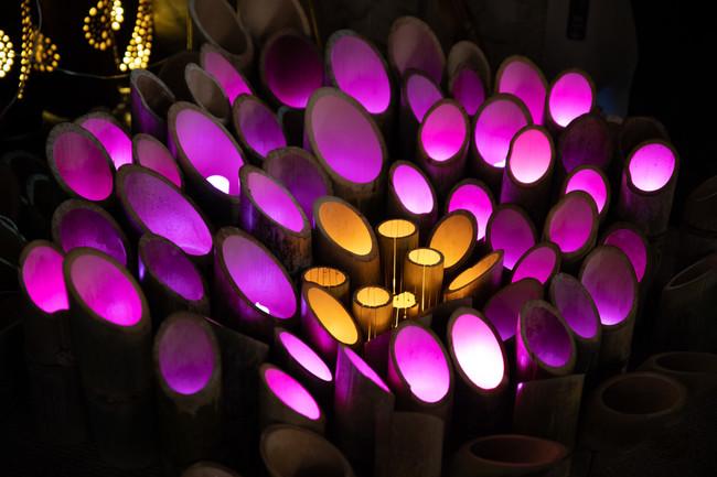 幻想的な明かりを灯す竹のオブジェ
