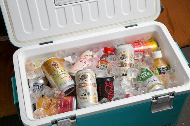 飲み放題は20種類のドリンクをクーラーボックスに入れてお席にご用意。これなら毎回ドリンクを買いに行く手間が省けます!
