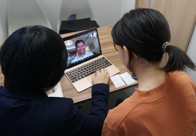海外事業を検討する鈴木氏と、カンボジアの地方で若者の雇用創出事業を展開するバンドン社長とのオンライン商談。カンボジアからの商材の輸入について話し合われた。
