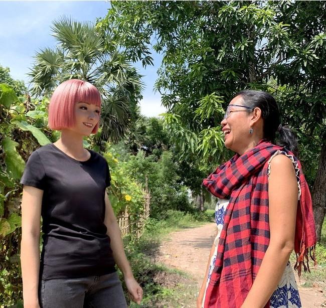 左:imma氏、右:パンナリー氏  imma氏がカンボジアの村を訪れた様子。村では、パンナリー氏が支援する女性がものづくりをする。