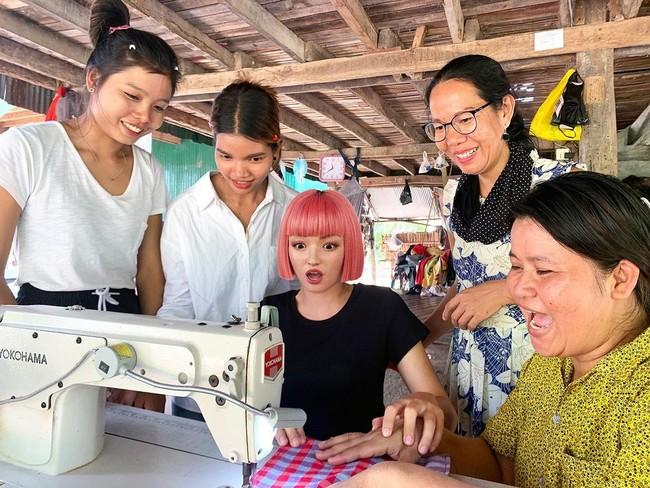 村の女性たちに教えてもらいながら縫製体験をするimma氏。この後、エコバックができあがる。