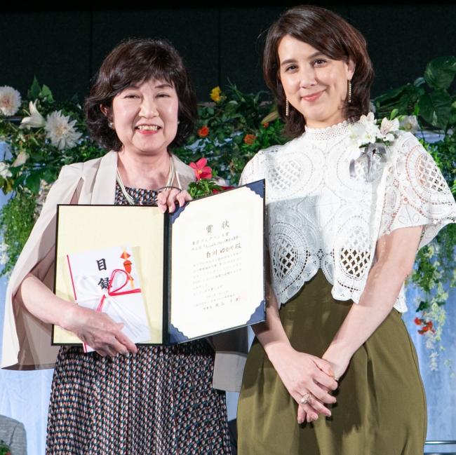 東京フレグランス賞受賞白川さんとフリーアナウンサーの政井審査員