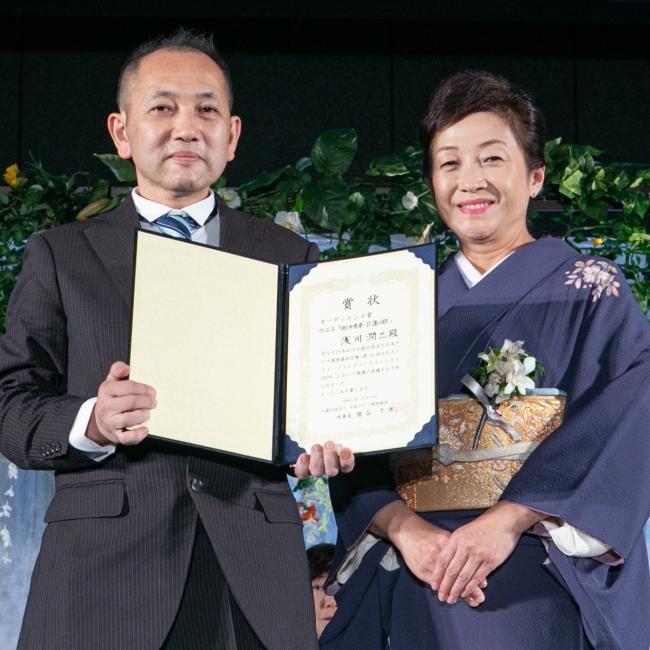 オーディエンス賞受賞浅川さんと産婦人科医の対馬審査員