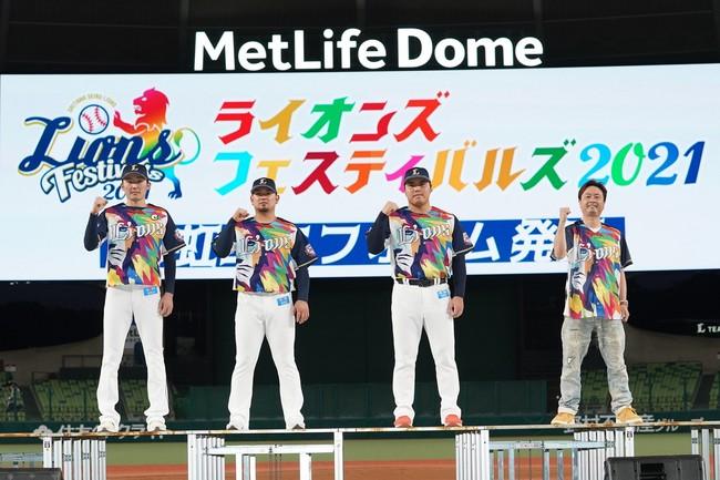 彩虹ユニフォーム発表会の様子(左から源田選手、森選手、平良投手、河本準一さん)