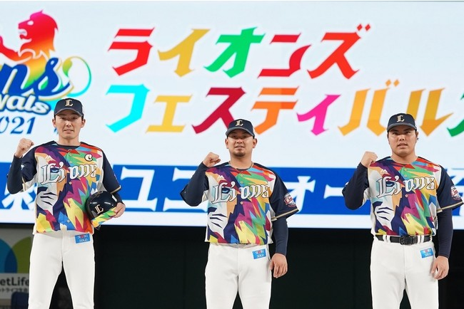 彩虹ユニフォームを身にまとった (左から)源田選手、森選手、平良投手
