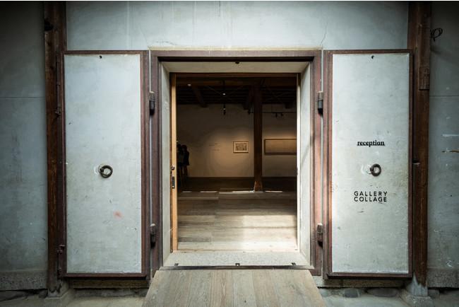 蔵の入口をくぐり、コーヒーを飲みながら質の高い展示を楽しむことができる。