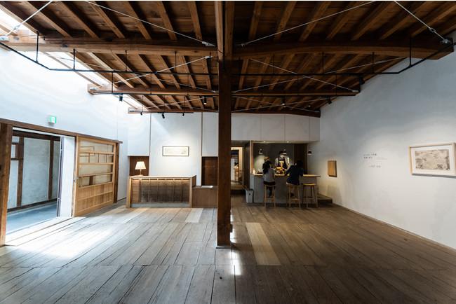 古い蔵の面影を残しつつ、ホテルのフロントおよびカフェを併設した現代美術ギャラリー。