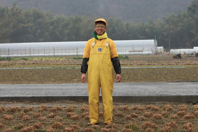 『黄ニラ大使』としても知られる、全身が黄色いツナギが目印の農家・植田輝義さん