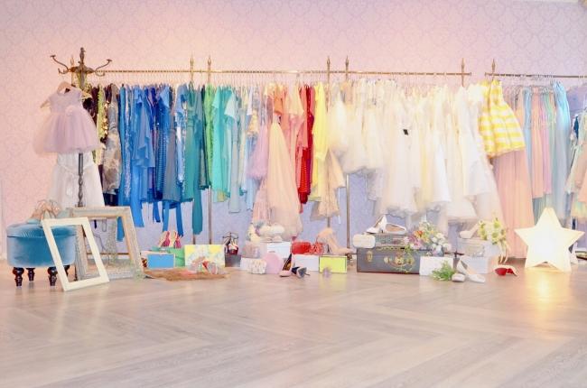 店内には1000点以上のドレス・タキシード・キッズドレス・タキシード・小物をご用意