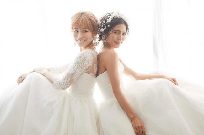 レインボーウエディングフォト。純白のドレスが並ぶ姿は性の多様性が認められた現代の象徴のようだ。