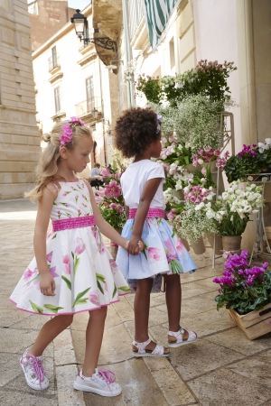 まるでベルトのようにあしらったグログランが特徴の、可愛らしいチューリップ柄のドレスは、きらめく女の子たちにぴったりです