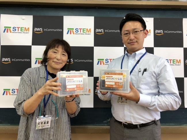 画像1(教材を受け取られた 校長の河村先生、右側が副校長の三宅先生)