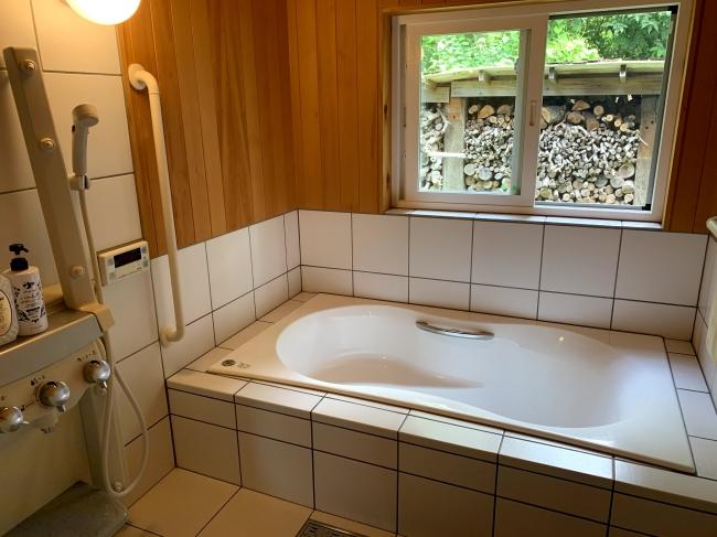 お風呂は広々。大人二人やお子様を入浴が可能です。