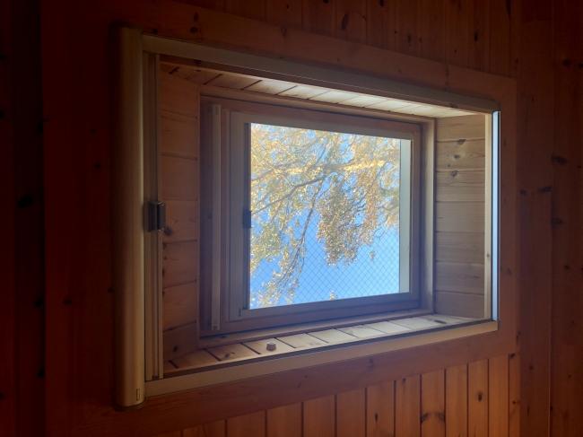 天窓から入り込む風、シーリングファンにより心地よい風が部屋いっぱいに入り込みます。