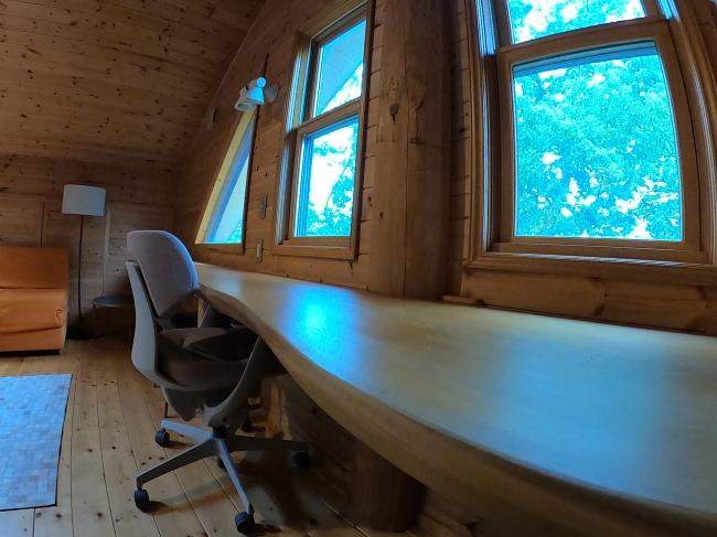 長机が広々としています。窓越しに緑を見渡すことができます。