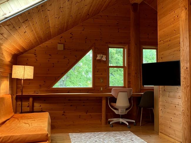 鳥のさえずりと、木々に囲まれた快適な空間がお客様をお迎えします。リラックスできる休暇やワーケーションにおすすめです。 天井窓やシーリングファンにより、6月でもエアコン不要で涼しく過ごすことができきます。冬は薪ストーブが家全体を優しく温めます。