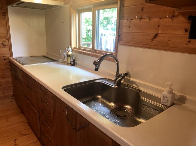 キッチンは広々とした作りとなっています。地元の魚や旬の味わいをお持ち込み可能です。