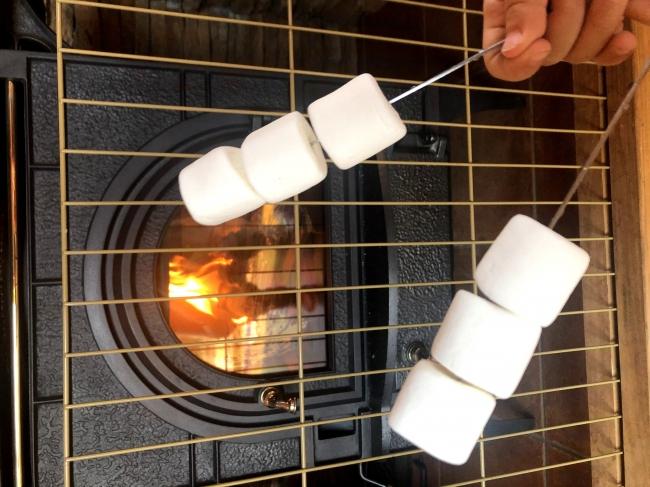 冬になったら薪ストーブでマシュマロを焼いて楽しむこともできます。