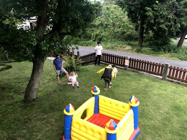 敷地内には、トランポリン、ブランコ、ストライダー、ボールなど各種お子様向けの遊具がございます。