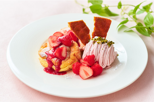ふわふわのスフレパンケーキに苺のモンブランと苺のアイスを添えた苺づくしの一品