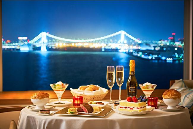 水辺の景色をご堪能いただきながらクリスマスディナーを楽しめる