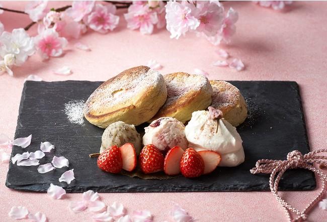 桜の葉を生地に練りこんだふわふわなパンケーキと3種類の春を感じるトッピング