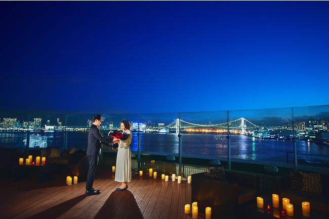 6階にあるレインボーブリッジを一望するベイサイドのテラスでプロポーズ