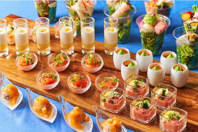 バラエティ豊かなサラダや ホワイトコーンの冷たいスープなど冷前菜が並ぶ