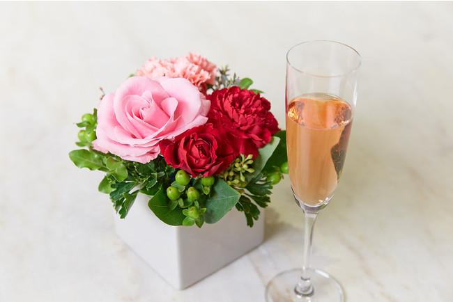 フラワーアレンジメントと乾杯酒 イメージ