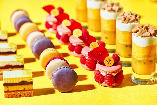 ピエール・エルメ・パリからスイーツ4品をラインナップ 左から、チーズケーキ モザイク、マカロン、 イスパハン、エモーション サティ―ヌ