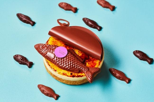今にも泳ぎ出しそうな、リアルな魚型のチョコレートをトップに