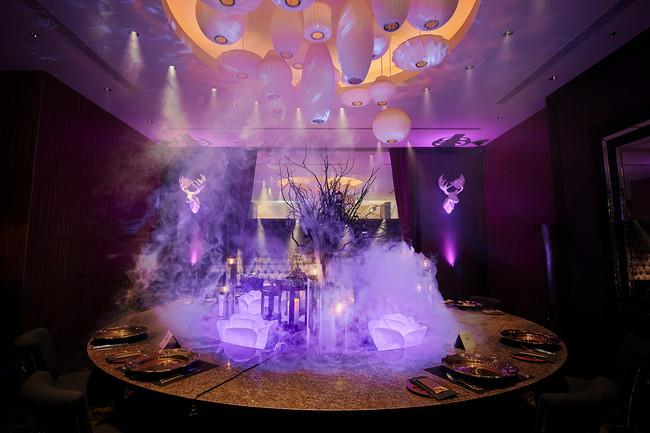パープルの光とスモークで演出された空間での晩餐会を体験できる