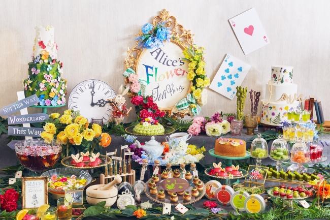 アリスが招く、お花が散りばめられたお茶会をイメージ