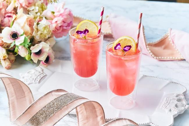 左:ピンクリボン ラズベリー&レモン(ノンアルコール)/右:ピンクリボン パッションヴィヴィッド(アルコール)