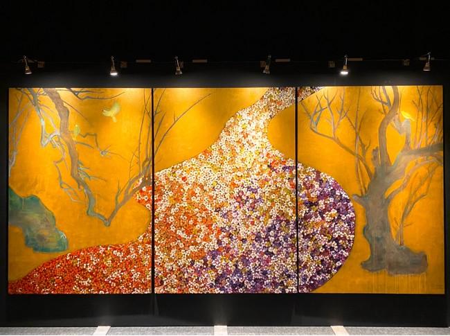 「流るる川はときに果報のごとし」は尾形光琳「紅白梅図屏風」にモチーフを得た作品。幅5メートル近い大作だ。