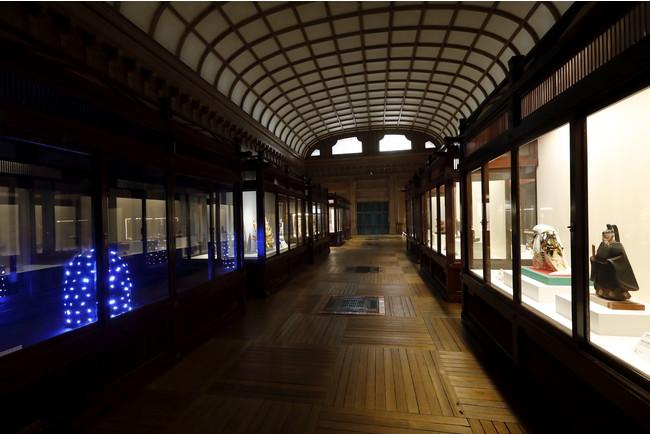 重要文化財の展示ケースが並ぶ宝物殿中倉
