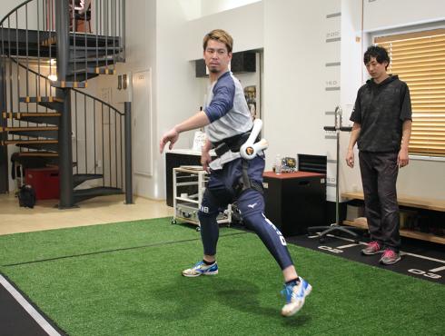 Neuro HALプラスに取り組む野球の前田健太選手 (提供:MOVETEX株式会社)
