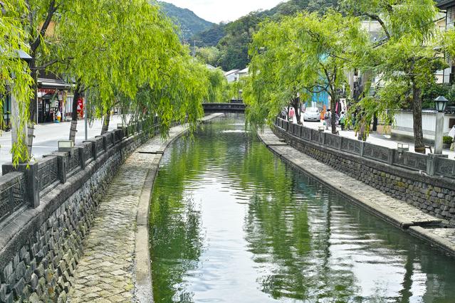 平安時代からの長い歴史を持つ城崎温泉。外湯を楽しめることでも人気。写真は温泉街中心を流れる大谿川(おおたにがわ)