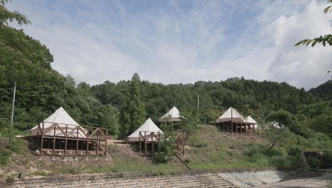 広大な土地にデッキ付きの独立型テントで宿泊。アウトドアながらホテル並みの設備でステイできる